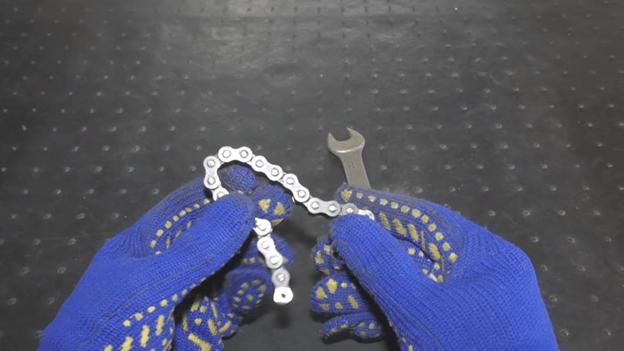 Уникальный разводной ключ из цепи и гаечного ключа