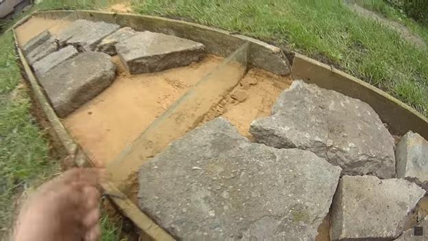Самодельная бетонная дорожка в саду