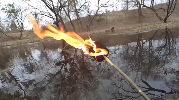 Факел из туалетной бумаги: не боится воды и горит долго