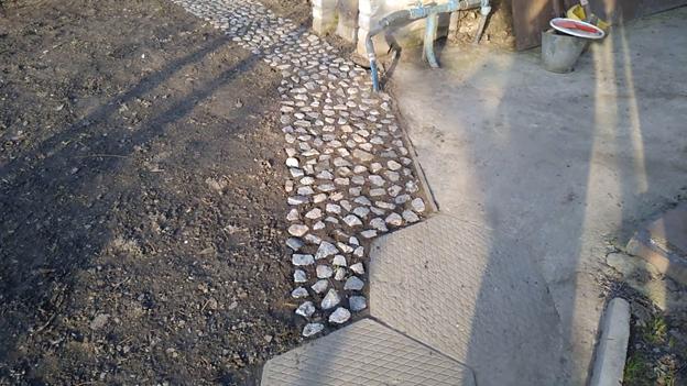 Дорожка из камней: облагораживаем дачный участок своими руками