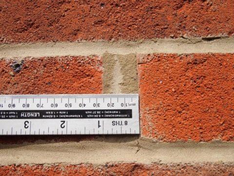 Самоделка для каменщика: аккуратные швы между кирпичами