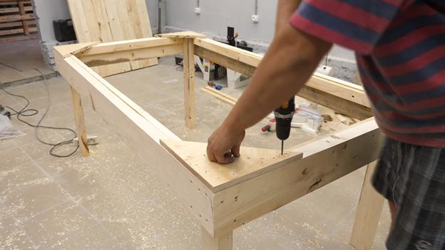 Делаем стол-верстак в мастерскую: просто и красиво