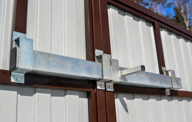 Запор для ворот гаража: мастерим своими руками