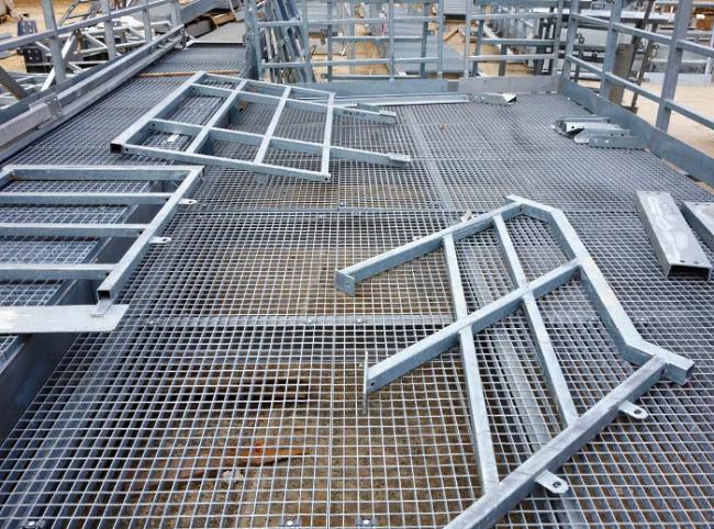 Оцинкованный стальной настил обладает защитой от температурных колебаний и высокой влажности