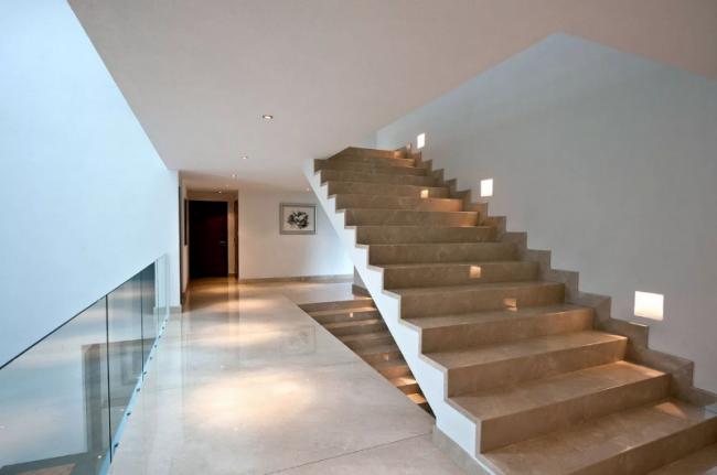 Бетонная лестница, которая качественно изготовлена опытными специалистами, обладает множествами плюсами