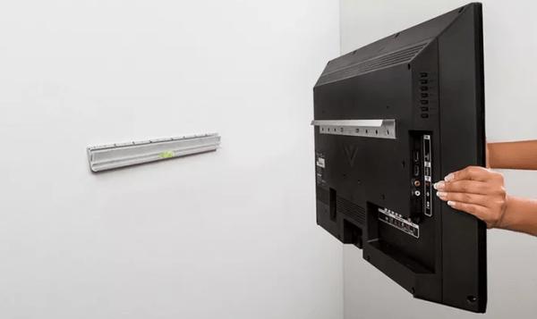 Простой способ повесить телевизор на стене без использования кронштейна