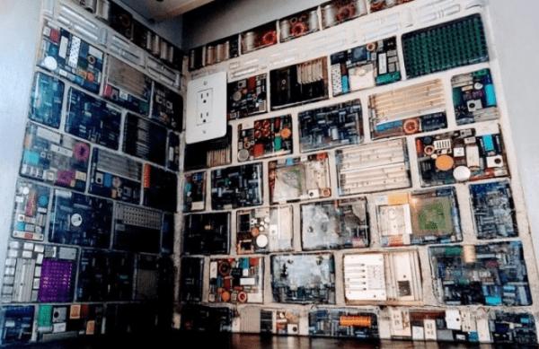 Стена из «электронной» плитки