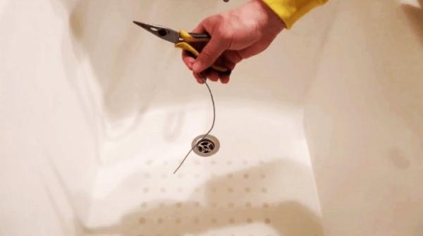 Как почистить слив в ванной многожильным проводом
