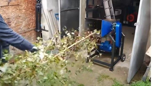 Универсальная рубильная машина (щепорез) с винтовым дровоколом