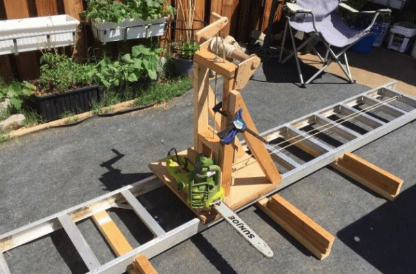 Станок (из бензопилы и лестницы) для распиловки бревен