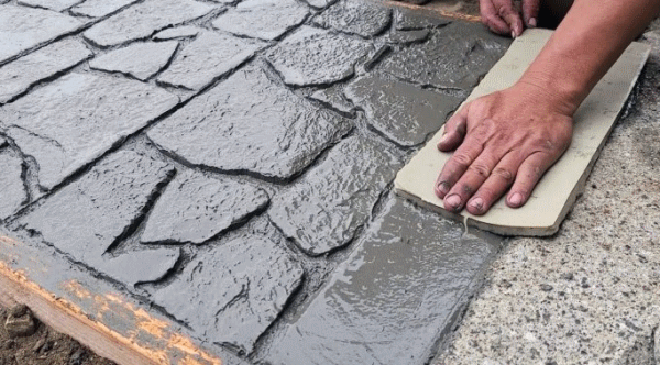Как залить бетонную садовую дорожку с имитацией камня