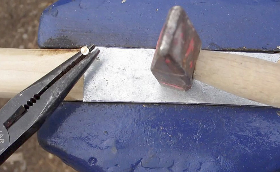 Простая щетка с металлический щетиной своими руками за 150 рублей