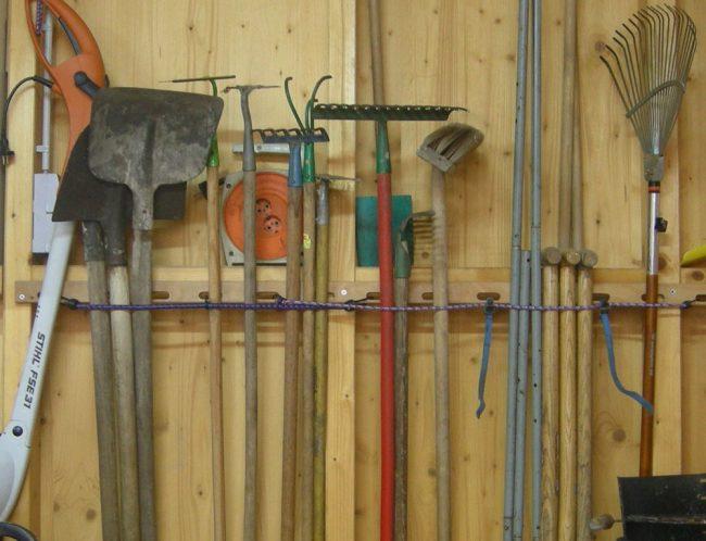 Оригинальный способ хранить лопаты и грабли: делаем своими руками